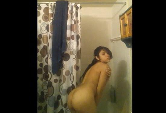 colegiala cachonda desnuda en el baño